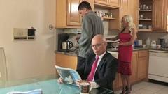 Парень имеет белокурую любовницу на кухонном столе