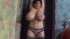 Зрелая женщина показывает свои огромные натуральные сиськи