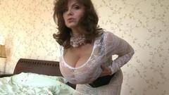 Зрелая дамочка показывает свои огромные дойки