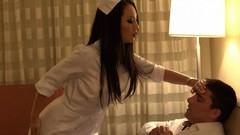 Классная медсестра нежно ласкает член своего пациента