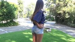 Девка показывает соски с пирсингом и упругую задницу